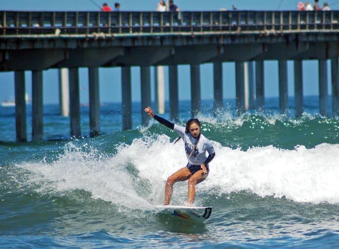 surfistas e jet skis na pescaria