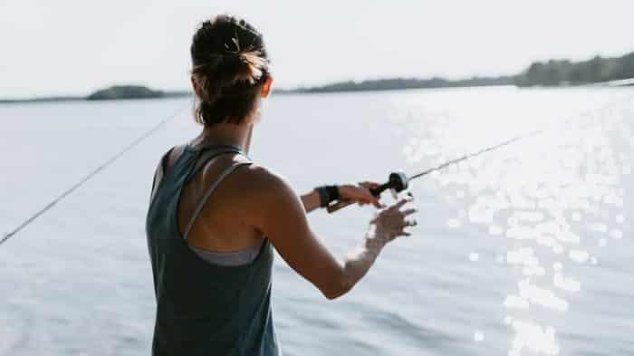 mulher pescando